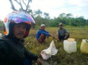 Beberapa warga SP II Nangakara yang ditemui wartawan Lakeynews.com di sela-sela kesibukan menggarap lahan pertaniannya. (foto sarwon/lakeynews.com)